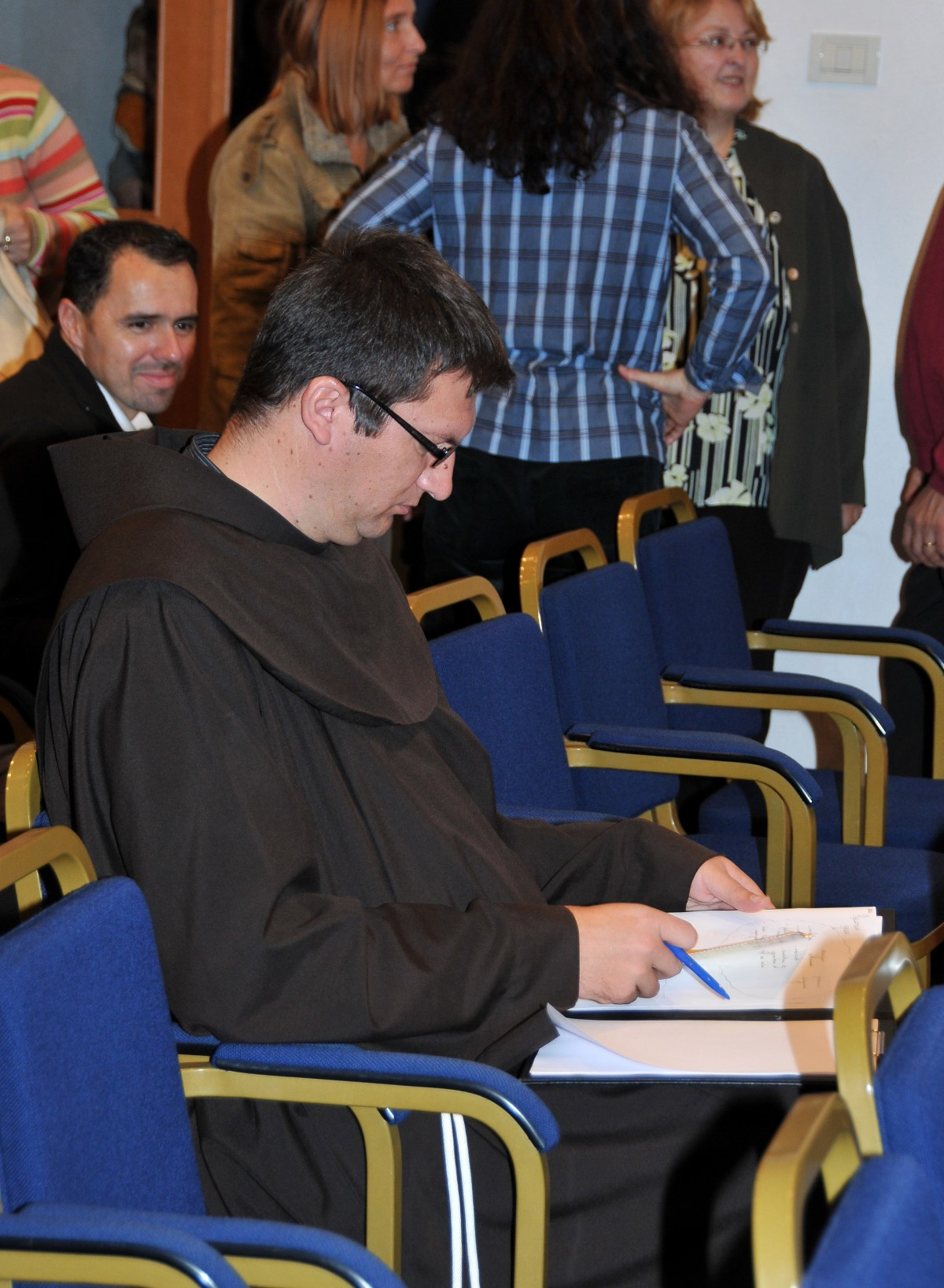 Naš suradnik fra Krunoslav Kolarić priprema se za vođenje radionice bračnih parova