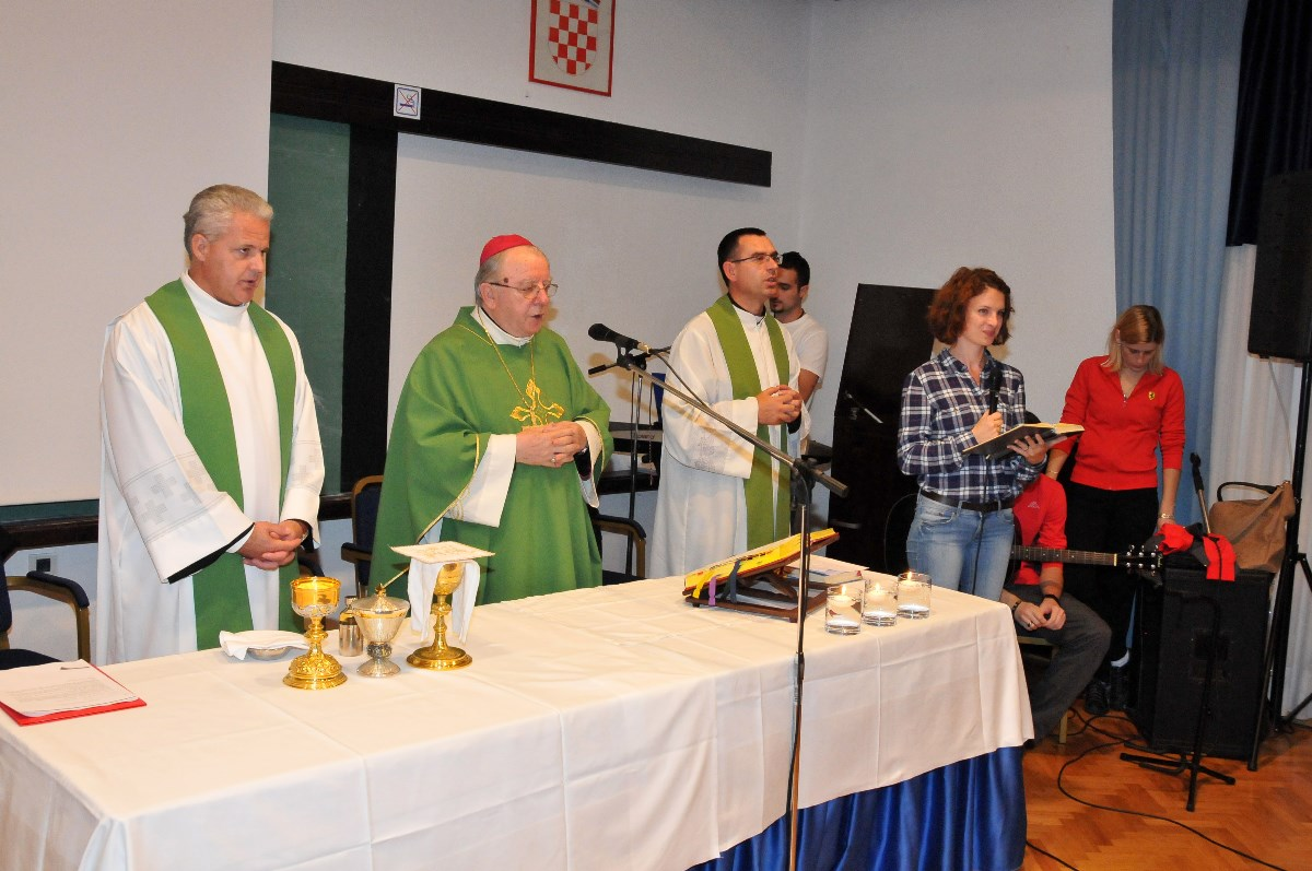 Mons. Mile Bogović, gospićko-senjski biskup, predvodi misno slavlje