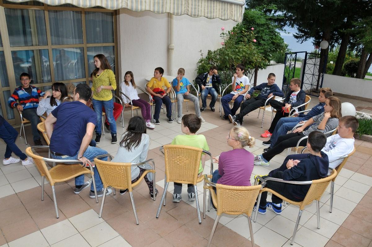 Osnovnoškolci igraju kreativne igre i druže se
