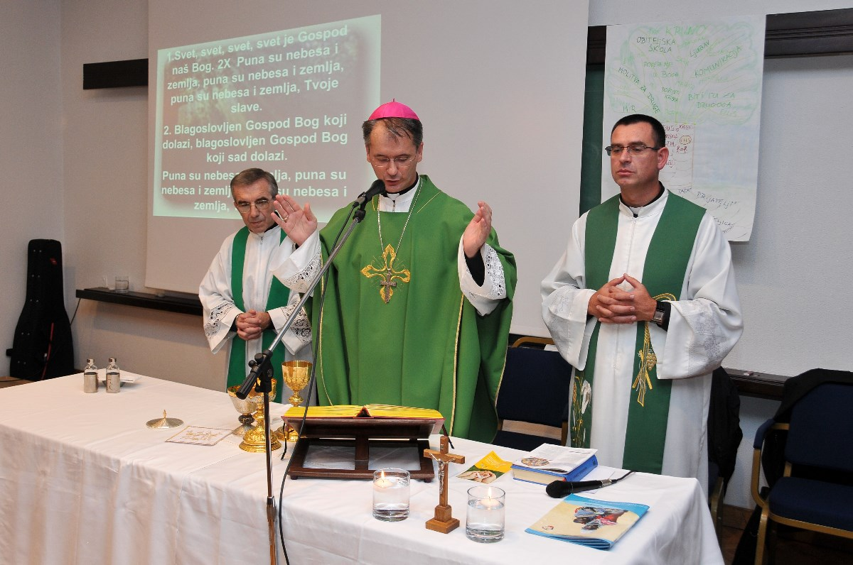 Biskup porečki i pulski, mons. Dražen Kutleša, predvodi nedjeljno misno slavlje za obitelji